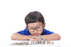 Pojke med mynt arkivbilder