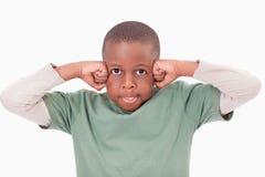 Pojke med nävarna på hans framsida arkivfoto