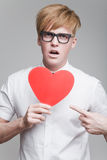 Pojke med pappers- hjärta Arkivbild