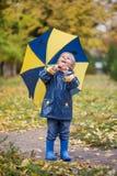 Pojke med paraplyet Arkivbilder