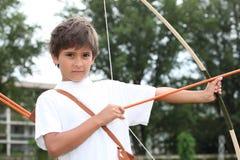Pojke med pilbågen och pilen Royaltyfri Fotografi