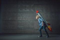 Pojke med raket Royaltyfri Foto