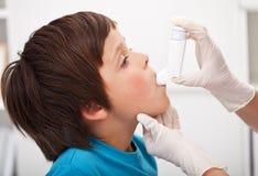 Pojke med respiratorisk systemsjuka Arkivfoton