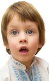 Överrrakningbegrepp - pojke med roligt häpet uttryck på vitbakgrund Arkivbilder