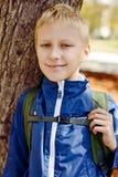 Pojke med ryggsäcken Arkivfoton