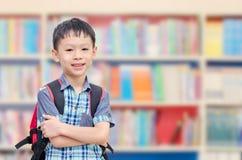 Pojke med ryggsäcken i skola Royaltyfri Bild
