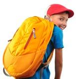Pojke med ryggsäcken och ett lock Royaltyfri Foto