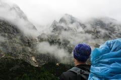 Pojke med ryggsäcken som ser berg nära Zugspitze högst punkt av TysklandBayern fjällängar Arkivbilder