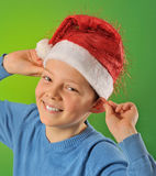 Pojke med Santa Claus Hat på grön bakgrund Royaltyfri Bild