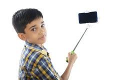 Pojke med selfiepinnen Arkivbild