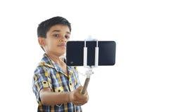 Pojke med selfiepinnen Royaltyfri Bild