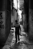 Pojke med shoppingpåsen i gatan av Ramallah Royaltyfri Foto