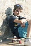 Pojke med skateboarden arkivfoto