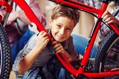 Pojke med skiftnyckeln fotografering för bildbyråer