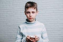 Pojke med smartphone Sociala nätverk, teknologi och communicati royaltyfri bild