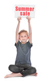 Pojke med sommarförsäljningsinskriften royaltyfria foton