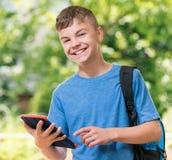Pojke med tableten Fotografering för Bildbyråer