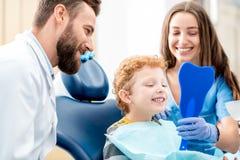 Pojke med tandläkaren på det tand- kontoret Arkivbild