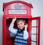 Pojke med telefonen arkivfoto