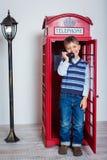 Pojke med telefonen royaltyfri fotografi