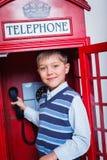 Pojke med telefonen arkivbilder