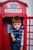 Pojke med telefonen royaltyfria foton