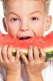Pojke med vattenmelon fotografering för bildbyråer