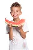 Pojke med vattenmelonen arkivbilder