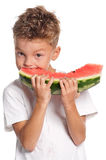 Pojke med vattenmelonen arkivfoto