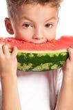 Pojke med vattenmelonen arkivfoton