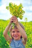 Pojke med vildblommor Arkivbild