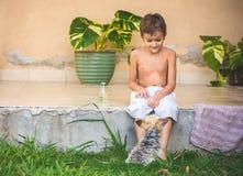 Pojke med Yorkshiren utomhus- Terrier Arkivbilder