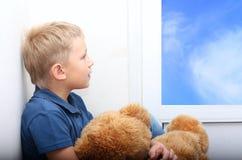 pojke nära fönsterbarn Royaltyfri Bild