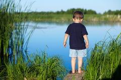 pojke nära floden Arkivfoton