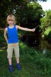 pojke nära floden Arkivbild
