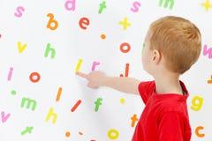 Pojke och alfabet Royaltyfri Foto