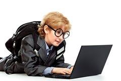 Pojke och bärbar dator royaltyfri foto