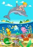 Pojke och delfin med fiskunde havet. Arkivfoton