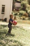 Pojke och en boll Fotografering för Bildbyråer