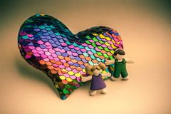 Pojke och flicka bredvid hjärta som förälskelsebefruktning royaltyfri fotografi