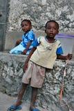 Pojke och flicka från fiskeläget som utomhus spelar Royaltyfri Bild