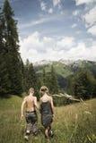 Pojke och flicka i berg arkivfoto