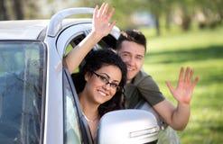 Pojke och flicka i bil arkivfoto