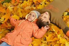 Pojke och flicka i parkera Fotografering för Bildbyråer