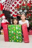Pojke och flicka med julgåvor Royaltyfri Fotografi