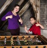 Pojke och flicka på tabellfotboll Fotografering för Bildbyråer
