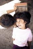 Pojke och flicka som lyckligt utomhus spelar i en by trots fattig uppehälle royaltyfri foto