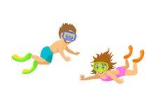 Pojke och flicka som snorklar i maskeringar Arkivfoton