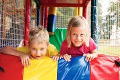 Pojke och flicka som spelar i labyrinten Royaltyfri Foto