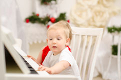Pojke och flicka som spelar på det vita pianot royaltyfri fotografi